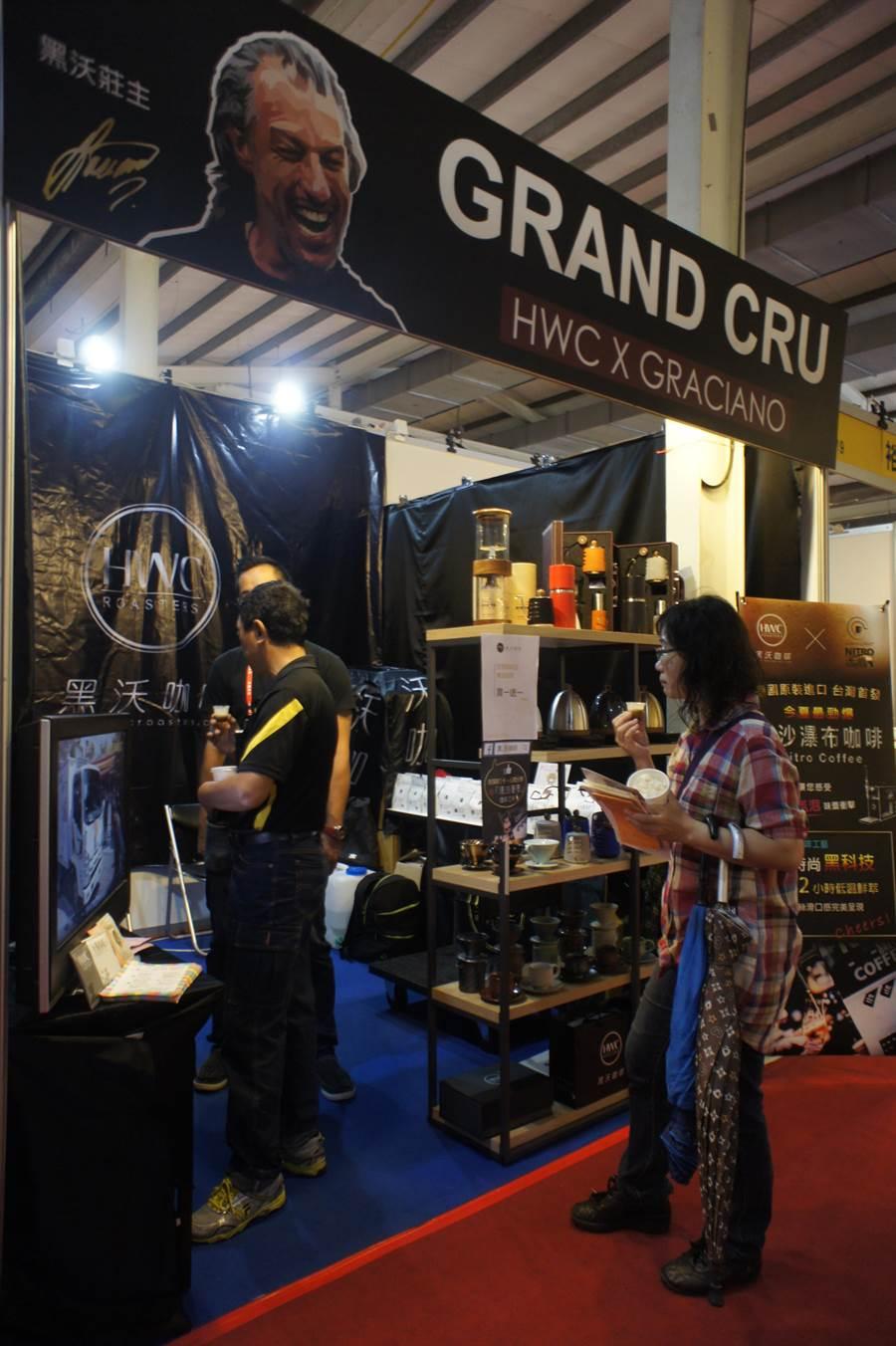 黑沃咖啡參與「2017台中茶酒咖啡展」,帶來上月才獲得世界冠軍的咖啡豆,打出買一送一促銷。(馮惠宜攝)