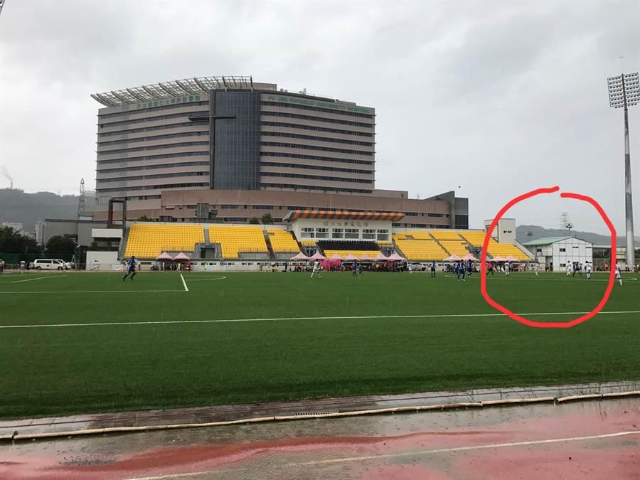 輔大足球場作為預備球隊休息室使用的雙層組合屋工寮,目前已經拆除。(資料照片/李弘斌攝)