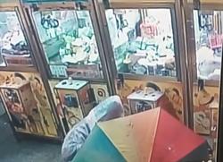 趁大雨偷娃娃機零錢箱 五百萬大雨傘洩行蹤