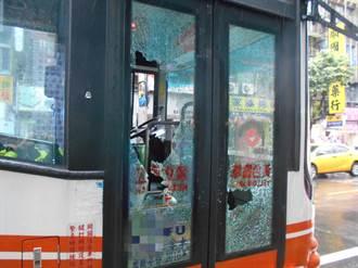 疑不滿公車未禮讓 男子持球棒砸破公車車門