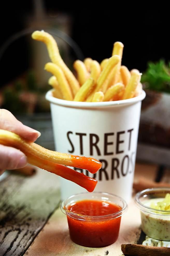 除了直接吃,「吉拿薯條」也可以另外加點甜辣醬或塔塔醬沾著吃。(圖/姚舜攝)