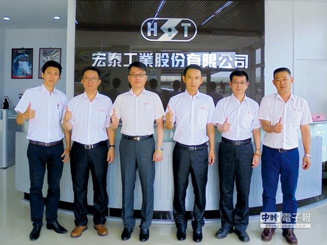 宏泰工業公司董事長吳玉國(右三)以及經營團隊。圖/業者提供