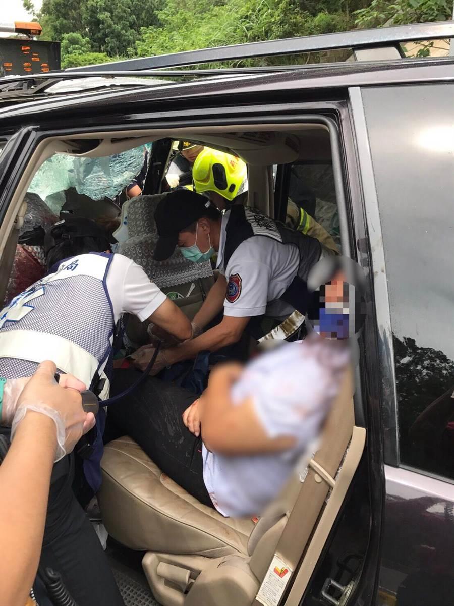 警消趕緊將車內人員救出送醫院救治。(林雅惠翻攝)