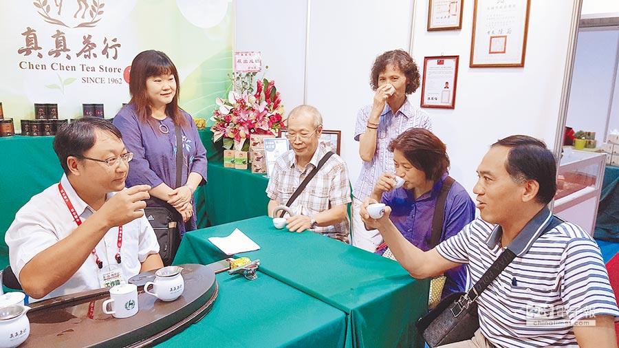 2017台中茶酒咖啡展,來自高雄的真真茶行邀民眾品茗。(陳界良攝)