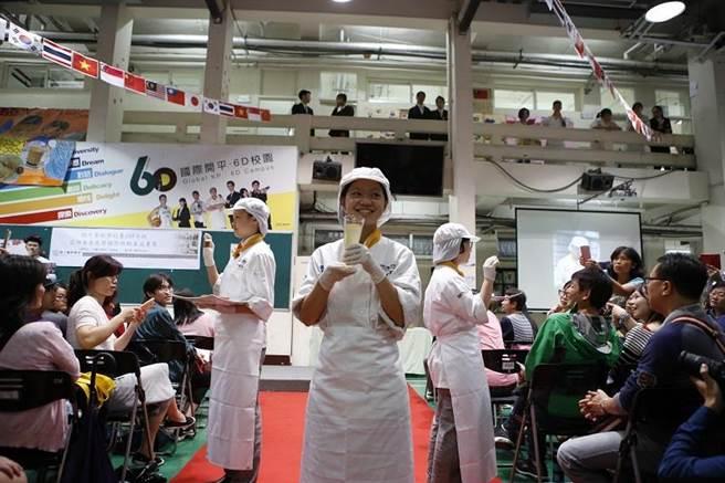 學生以「出菜秀」結合走秀與美食,吸睛的表演讓現場拍照聲響不停。(圖/開平餐飲學校提供)
