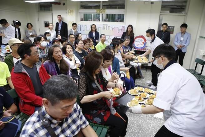 剛從海外見習回國的國際班高二生,透過廚藝讓來訪家長藉由美食感受他們的成長。(圖/開平餐飲學校提供)