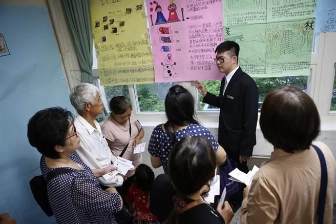 來訪的親友仔細聆聽學生的介紹,以此參與學生的學習歷程。(圖/開平餐飲學校提供)