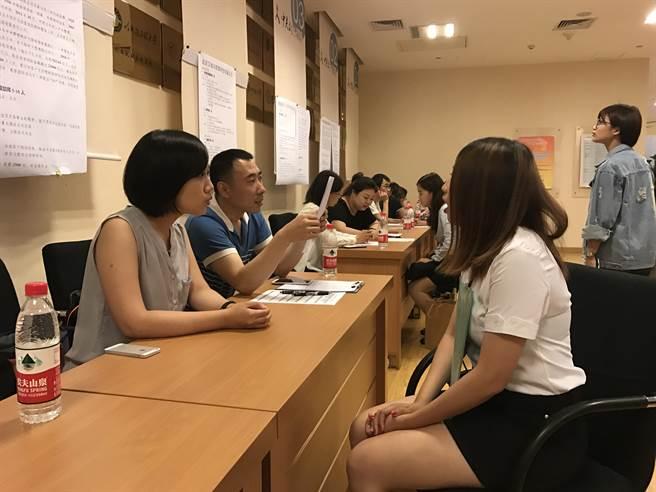 首屆在京台生就業實習推介會日前在北京中關村舉行,超過50家兩岸知名企業進行現場人才招募,提供千餘職位。圖為推介會現場。(圖/中新社)