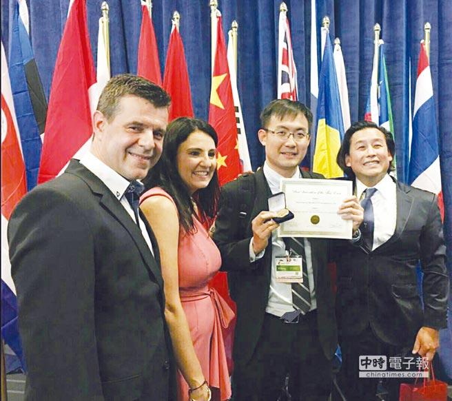 綠茵生技固態培養牛樟芝菌絲體獲美國匹茲堡國際發明展金牌,該公司徐榜奎博士(右二)代表領獎。圖/業者提供