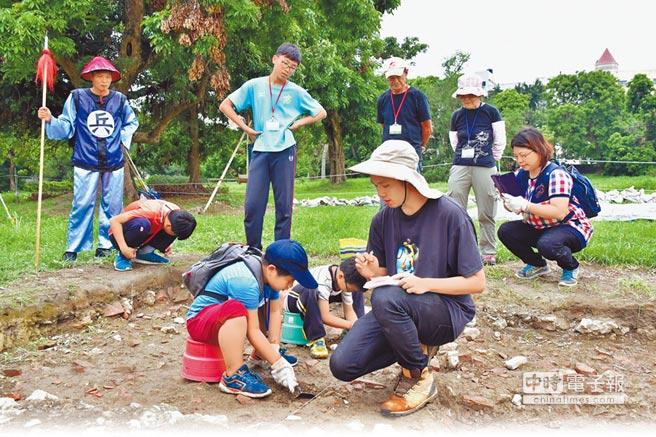 小朋友親自體驗考古挖掘。(文化局提供)