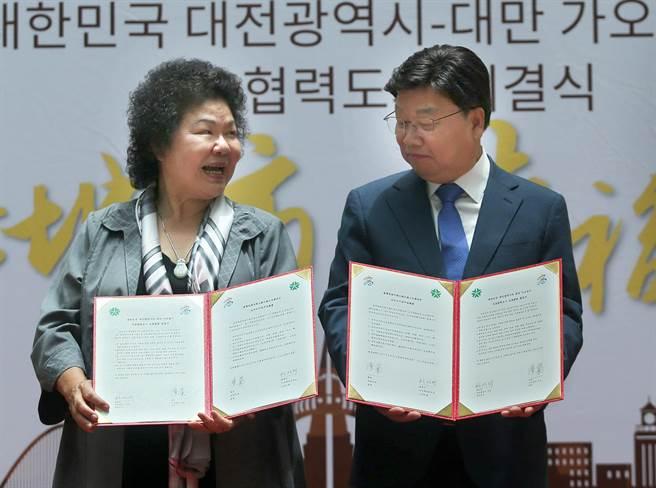 高雄市長陳菊(左)和韓國大田廣域市長權善宅(右)簽署友好合作城市協議書,雙方共同宣示未來在文化教育、經濟產業等領域實質交流。(王錦河攝)