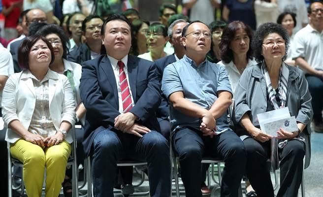高雄市長陳菊(前排右起)、3位副市長史哲、許立明、許銘春等市府團隊共同出席見證雙城締盟典禮。(王錦河攝)