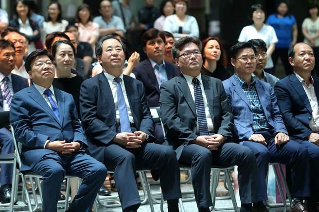 韓國大田廣域市長權善宅(前排左)等韓國團隊共同見證雙城締盟典禮。(王錦河攝)