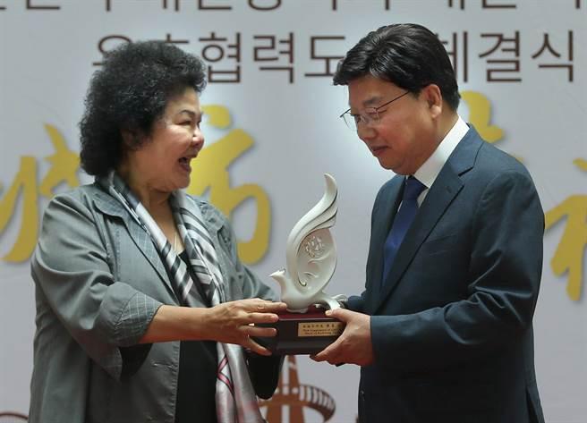 高雄市長陳菊(左)和韓國大田廣域市長權善宅(右)簽署友好合作城市協議書並互贈紀念品。(王錦河攝)