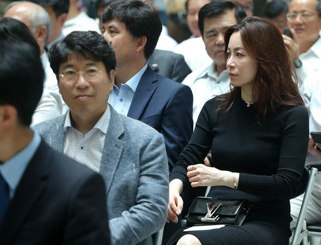 大田市府團隊也有婚紗女企業家吳鎮花(右)一同來高雄參與。(王錦河攝)
