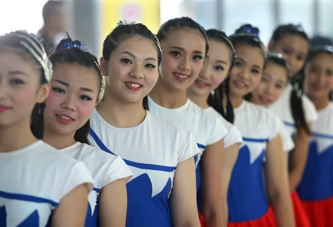 高雄市與韓國大田廣域市20日在高市府中庭舉行友好城市締盟典禮,穿著國旗裝的表演團體一同合影。(王錦河攝)