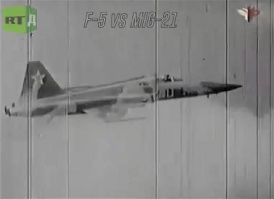 今日俄羅斯曾公布一段F-5E與MiG-21對決的影片。(圖/RT)