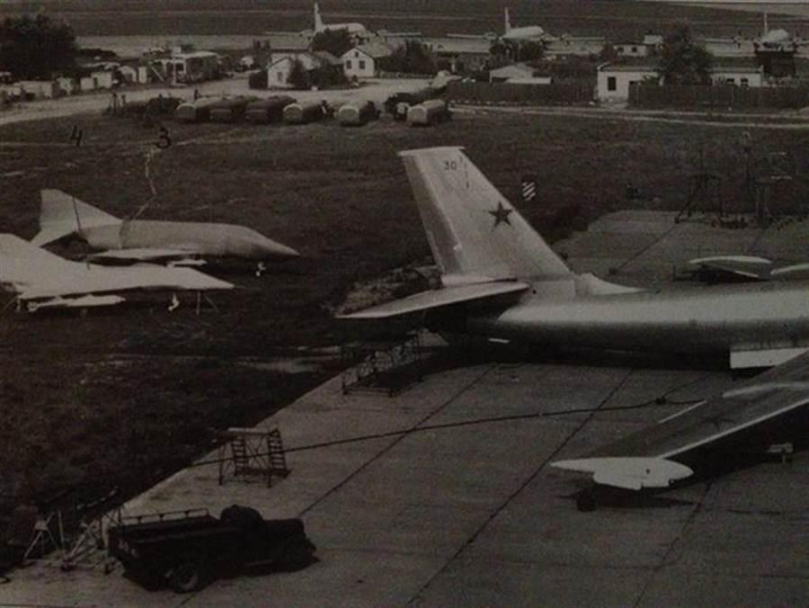 1970年代,某人曾在莫斯科機場拍到F-4、幻象3的全尺寸模型。(International Air Power Review)