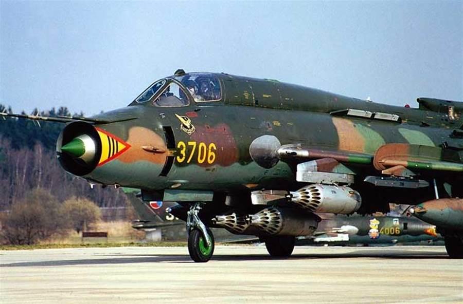 Su-22經常攜帶火箭彈做為對地攻擊火力。(圖/越南空軍)