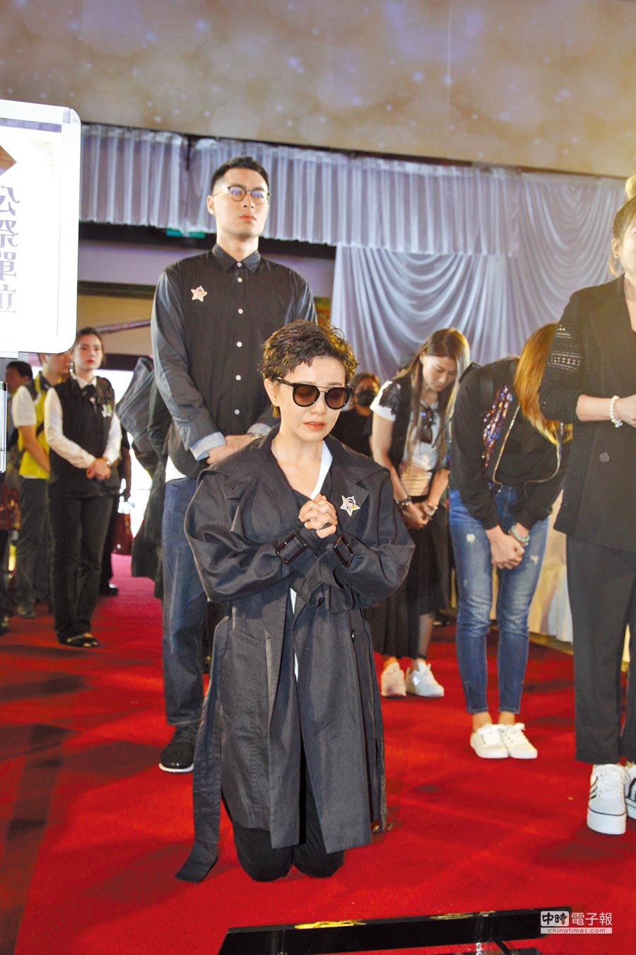 郭采潔(前)在靈堂前下跪,楊祐寧則站在後方神情肅穆。(台北市攝影記者聯誼會提供)