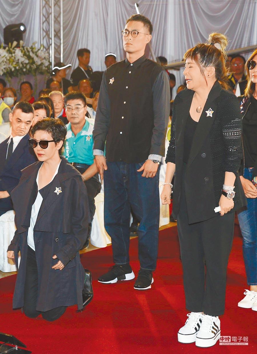 王彩樺(右)哭到不能自己,連站著都顯得吃力。(台北市攝影記者聯誼會提供)
