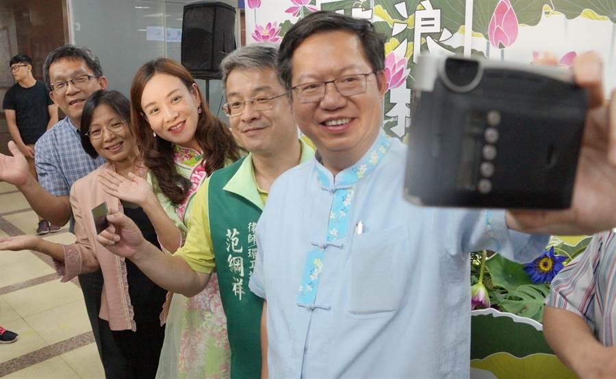 桃園蓮花季即將展開,桃園市長鄭文燦(右)以自拍,彷彿在蓮花園留下身影,也歡迎民眾前往賞蓮。(甘嘉雯攝)