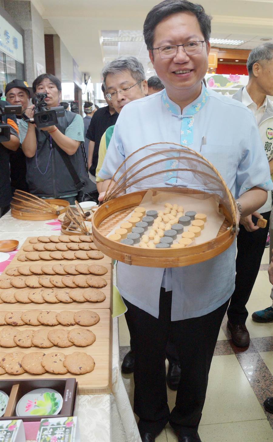 桃園蓮花季結合休閒農場蓮園業者及觀光工廠共同行銷,其中郭元益食品開發限量蓮子餅乾。(甘嘉雯攝)