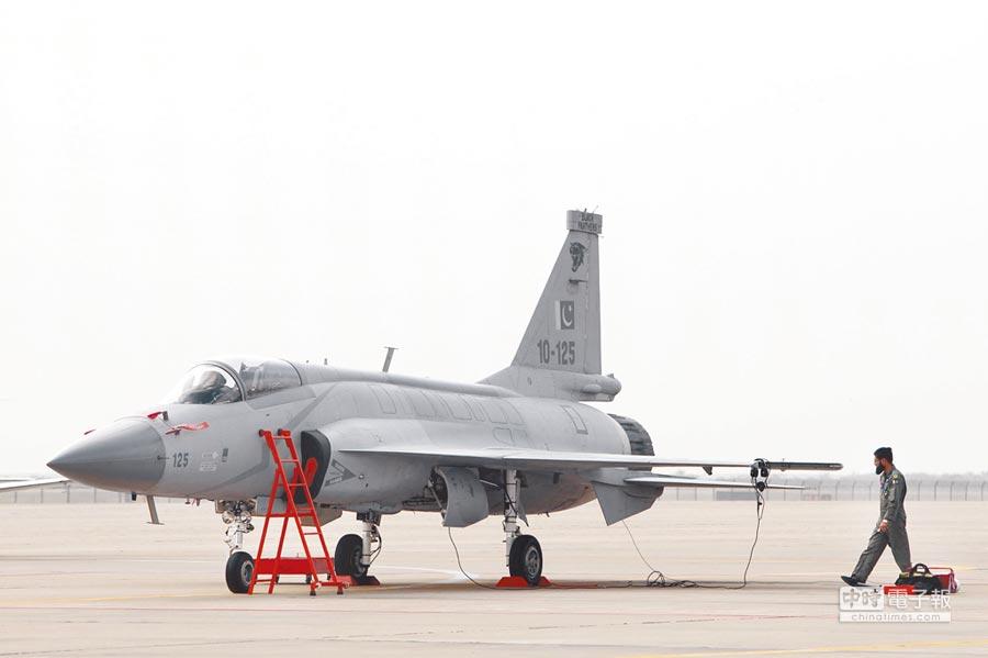 梟龍戰鬥機停泊在珠海航展停機坪。 (中新社資料照片)