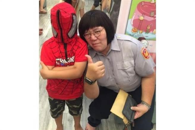 台南市婦幼隊舉辦「我眼中的波麗士」攝影作品比賽,這張參賽作品名為「蒙面蜘蛛俠遇上美美女警」意外爆紅,引發不少討論。(取自台南市婦幼隊網站)