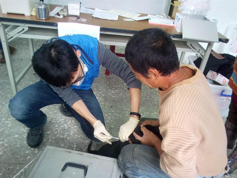 新北市動保處服務轄內偏遠地區民眾,安排巡迴狂犬病疫苗。(葉書宏翻攝)