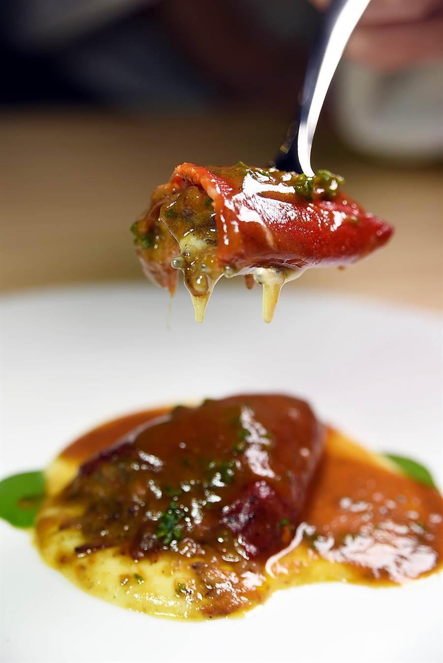 〈小牛嘴椒燉牛頰肉〉是將脂質豐富的牛頰肉鑲在紅色的牛嘴椒肉慢燉成菜,提味醬汁香濃醇厚。(圖/姚舜攝)