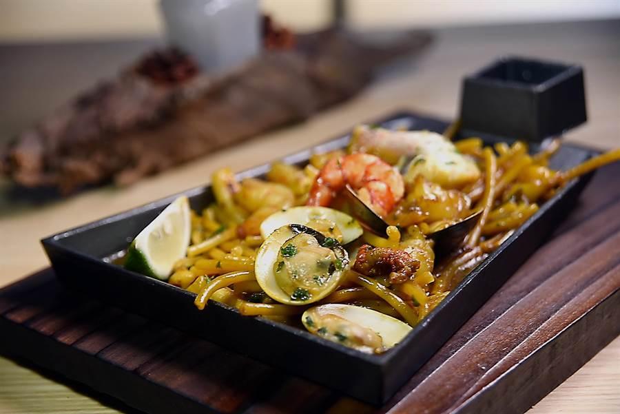 〈西班牙燉麵〉(Fideua)作法和〈西班牙海鮮飯〉(Paella〉類似,丹尼爾以日式「鋤燒」鑄鐵鍋取代圓鍋盛裝,賦予更時尚的「麵貌」。(圖/姚舜攝)