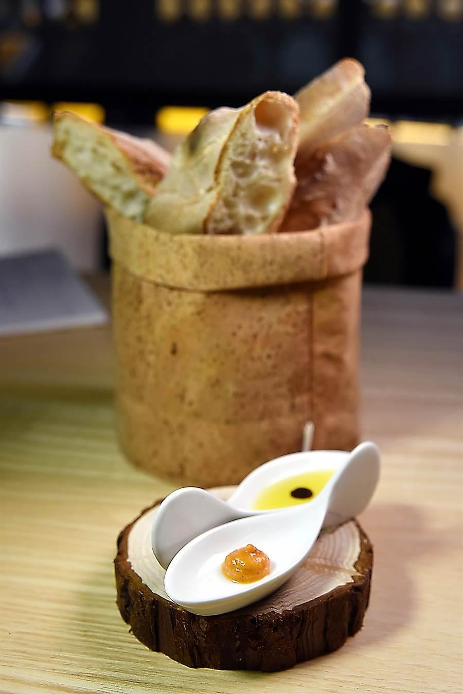 西班牙傳統麵包的表皮很酥脆,內裡則很鬆軟,〈隱丹廚〉周日套餐可以吃得到。(圖/姚舜攝)