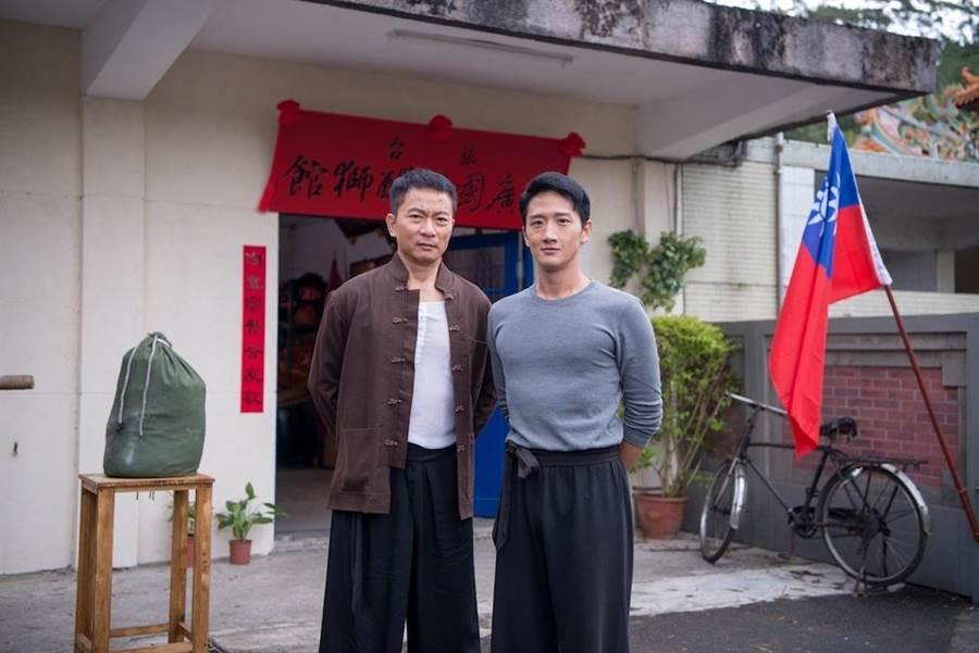 戚冠軍(左)和高英軒演師徒。(公視提供)