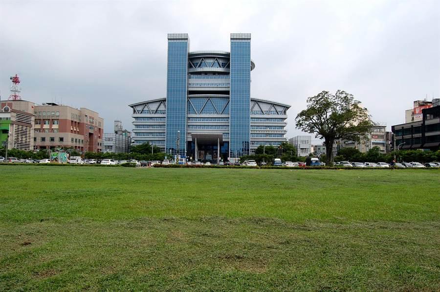 嘉義市南棟大樓前的綠地是北棟大樓預定地,市府擬規畫改建「市民中心」。(廖素慧攝)