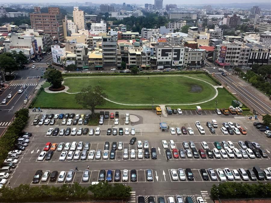 嘉義市北棟大樓預定地現作為停車場及綠地。(廖素慧攝)