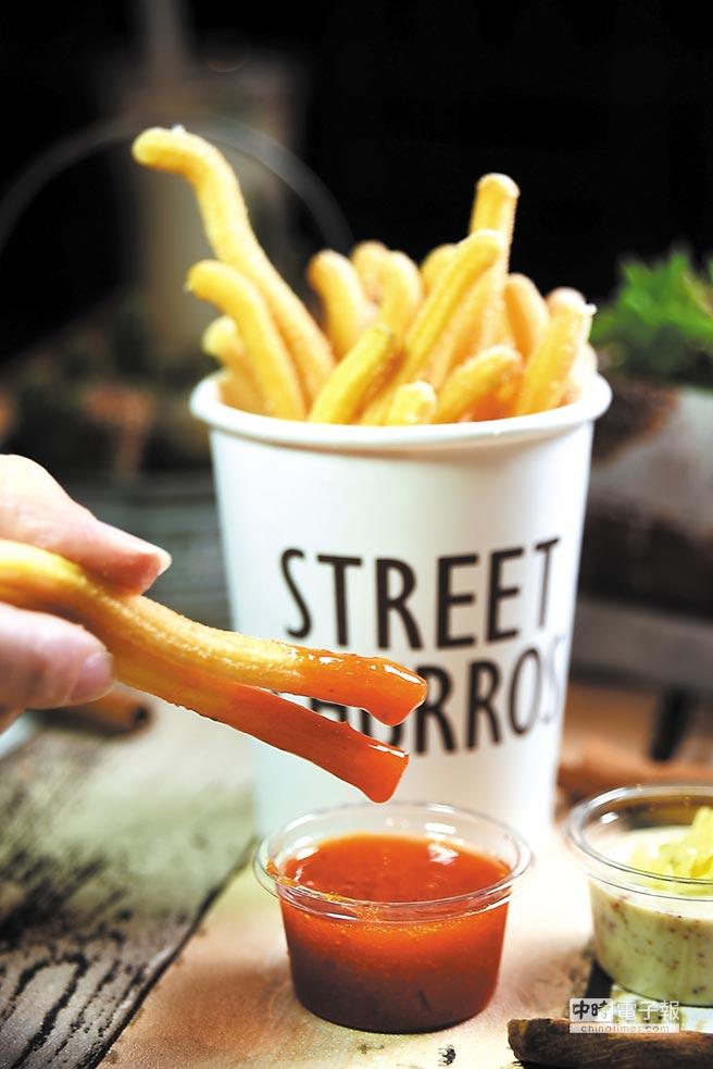 除了直接吃,Street Churros新推出的兩種口味「吉拿薯條」,也可以另外加點甜辣醬或塔塔醬沾著吃。圖/姚舜