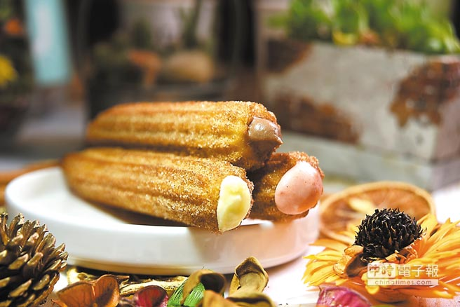 「吉拿泡芙」是在現炸熱呼呼的吉拿棒中,灌入冰涼的卡士達醬,讓食客享受「冰火交織」的口感與味道。圖/姚舜