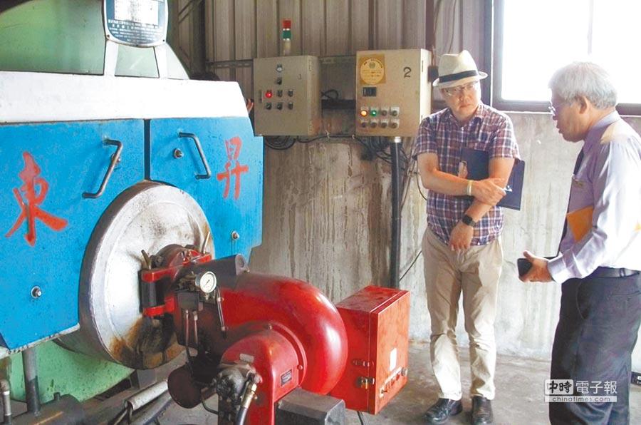 嘉義市環保局邀集專家會勘旅宿業者使用的燃油鍋爐的排放汙染物的情形。(廖素慧攝)