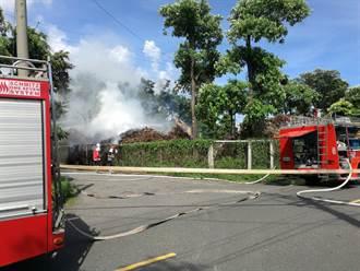 高市中油廠區堆放木頭起火 消防局出動5車搶救