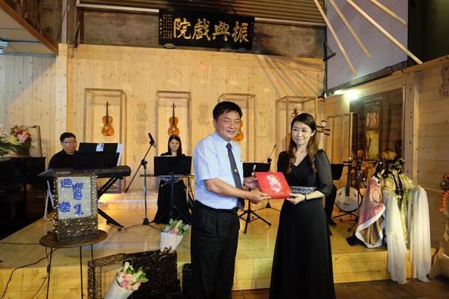 北港鎮長張勝智(左)贈送日興堂喜餅給聲援者。(張朝欣攝)