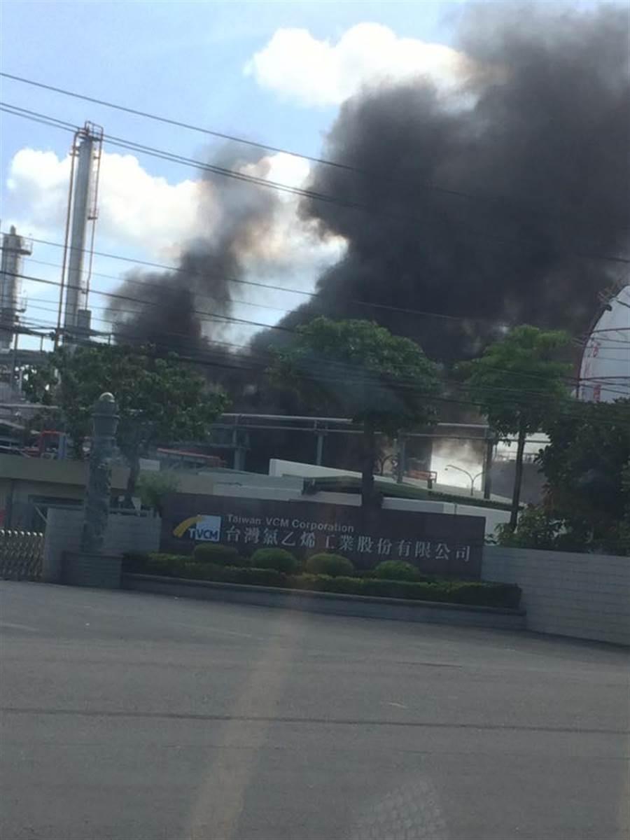 台氯林園廠今早發生火警,現場濃煙密布。(翻攝自臉書「林園五四三」)
