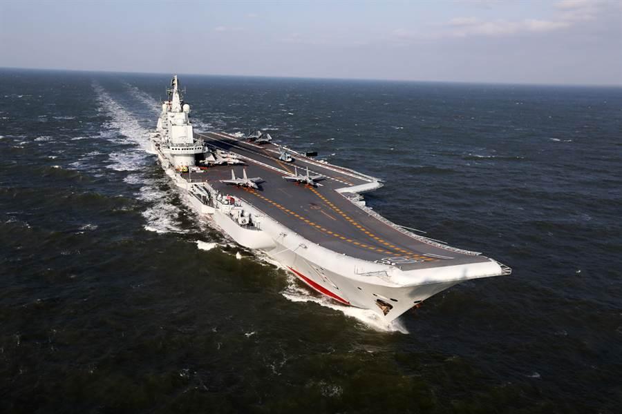中國大陸首艘航空母艦「遼寧號」。(圖/中新社)