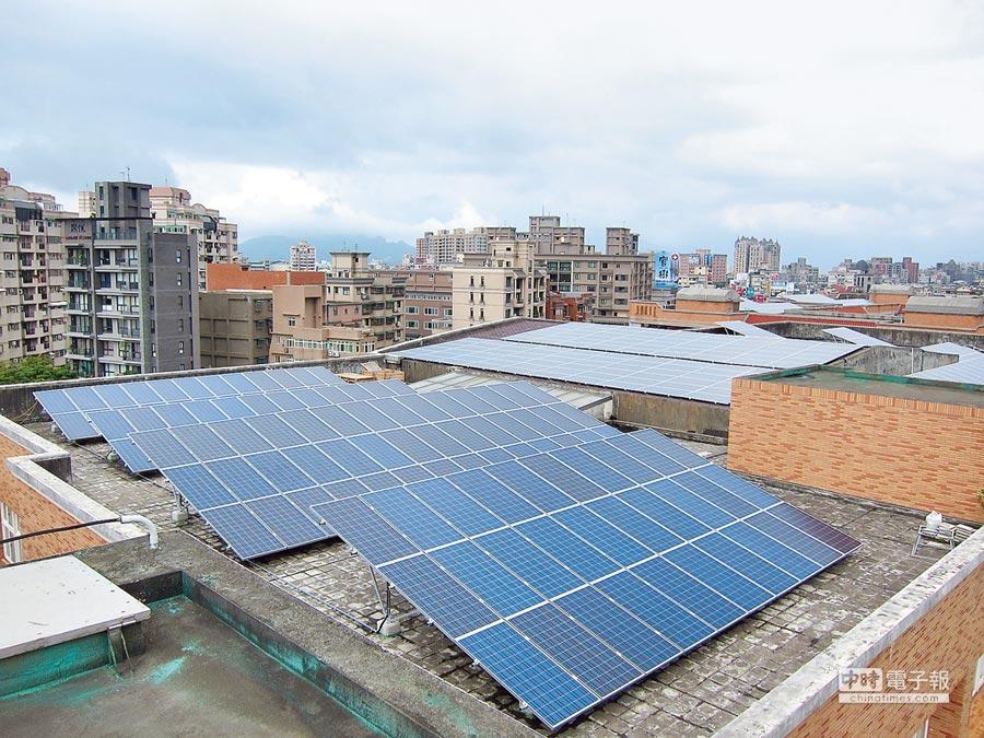 利用屋頂申辦安裝太陽能板(葉德正翻攝)