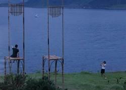 丟臉!遊客「直接坐上」海科館6米高藝術大竹椅