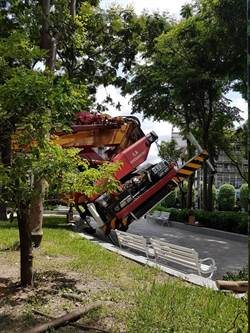 操作工程車不慎翻覆 新北剪樹工人墜落送醫