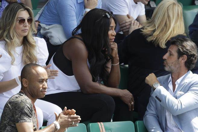 懷孕的小威廉絲觀看姊姊大威的比賽。(美聯社資料照)