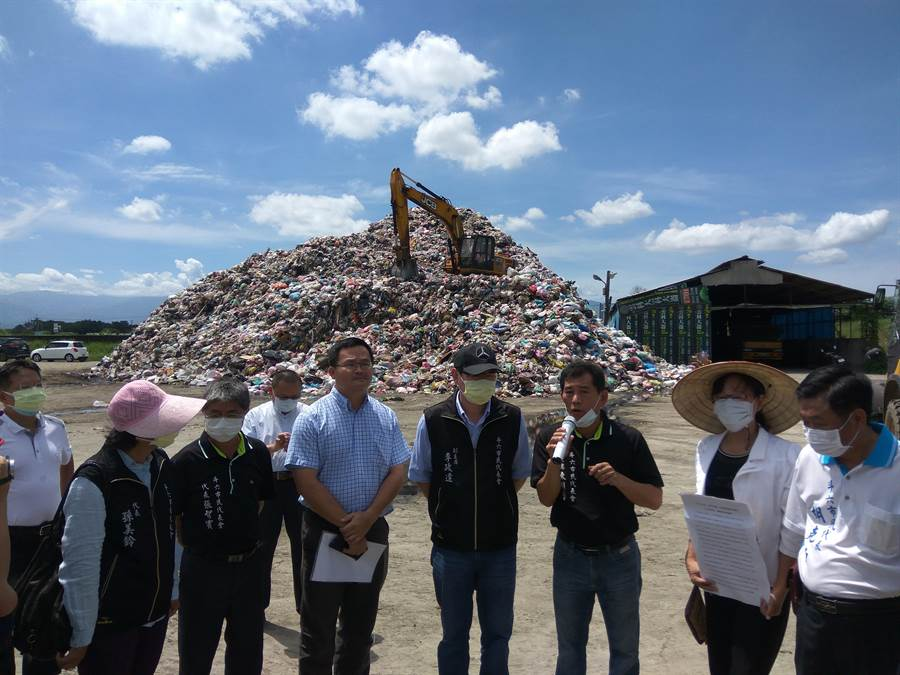 斗六市長謝淑亞(右二)等人要求雲林縣府拿出方法去化垃圾,否則將會強烈抗爭。(許素惠攝)