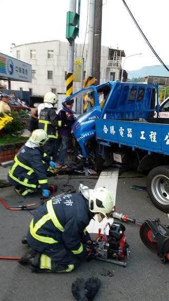 小貨車自撞電線杆 車頭全毀2男送醫