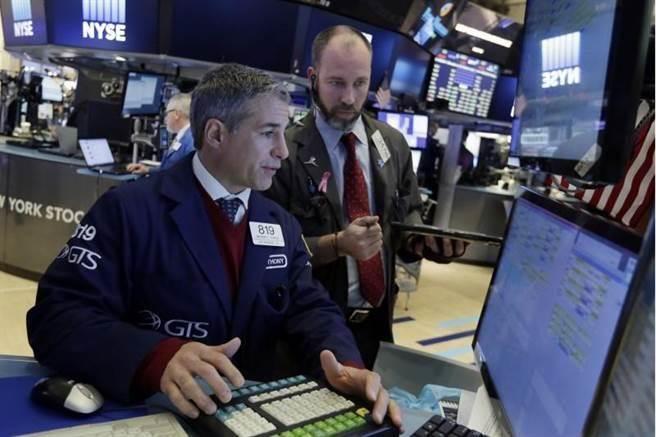 美股早盤一度大漲逾百點,但因科技股走軟,終場僅收小紅。(美聯社)
